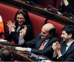 """""""V"""" PER """"VAI AVANTI"""" Letta ha appena ringraziato Bersani in aula. Lui ricambia"""