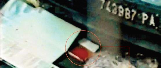 L'agenda rossa di Borsellino per terra subito dopo la strage