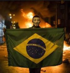 """""""A Belo Horizonte, con la nazionale verdeoro in campo nella semifinale contro l'Uruguay, 40mila persone si sono riunite per protestare contro il governo"""""""