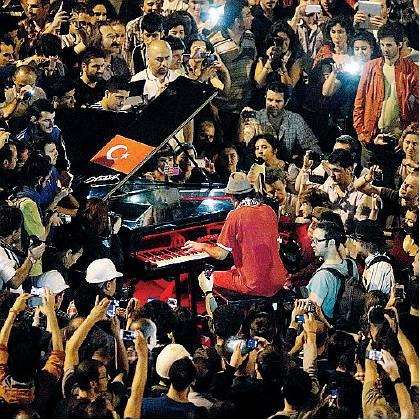 Davide Martello suona in piazza Taksim