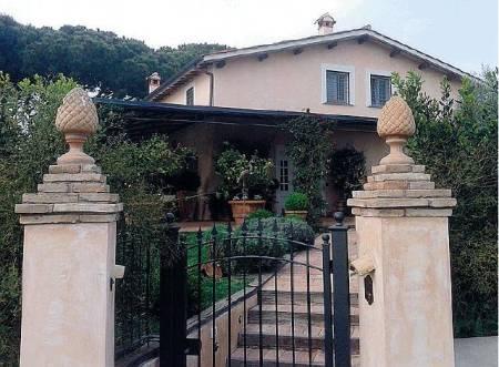 La villa di Brunetta da 14 vani catastali a Roma (esentata dall'I mu , in quanto prima casa)