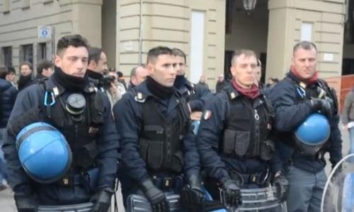 Poliziotti-si-tolgono-il-casco-in-Piazza-Castello-a-Torino-9-dicembre
