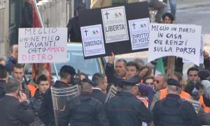 """Contestazione a Renzi, """"forconi"""" lanciano arance"""