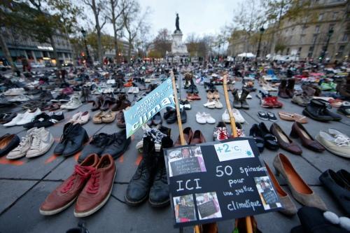 Migliaia di scarpe sono state disposte il 29 novembre a place de la République a Parigi, per rappresentare la marcia che doveva anticipare l'apertura della conferenza sul clima, ma che non è stata autorizzata a causa dello stato di massima allerta in vigore in città. (Eric Gaillard, Reuters/Contrasto)