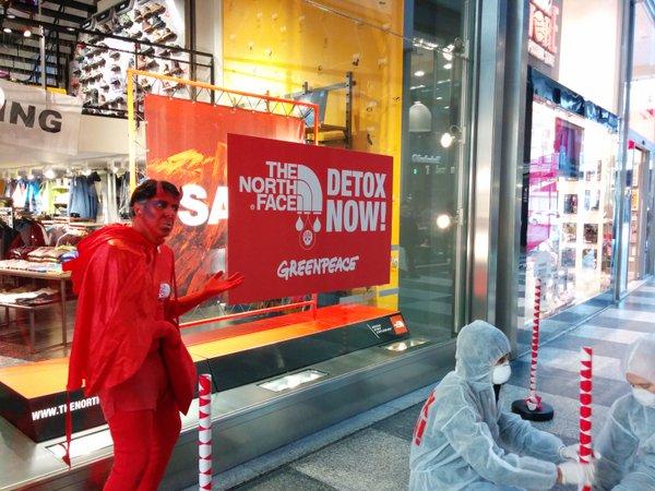 Greenpeace  In azione da The North Face a Milano!  97e089f19107